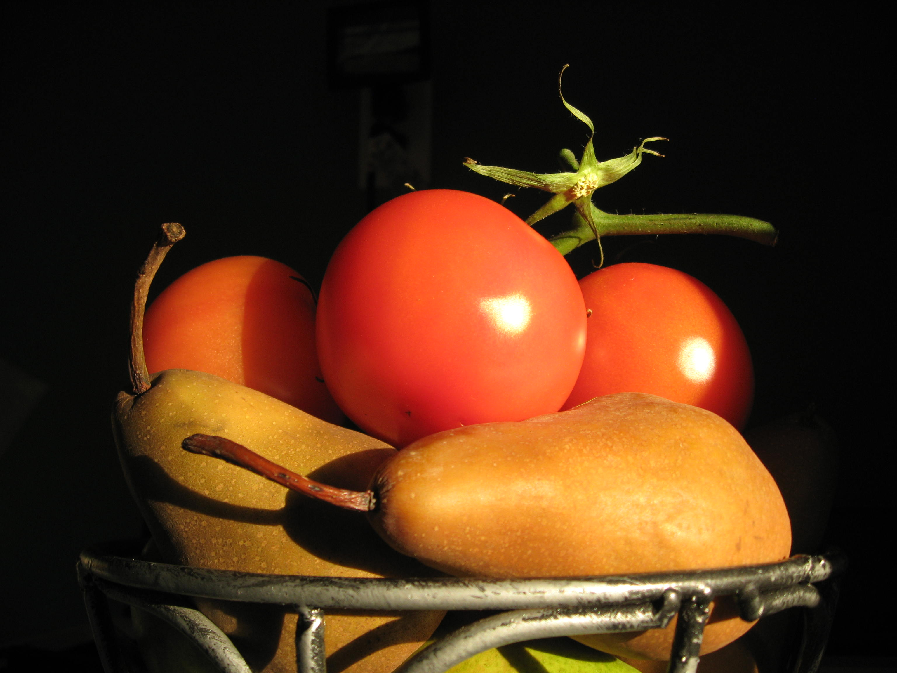 Tomatoes and pears: early morning still life.
